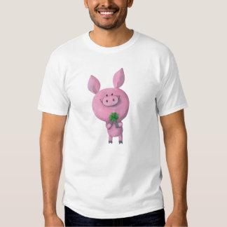 Cerdo afortunado con el trébol afortunado de camisas