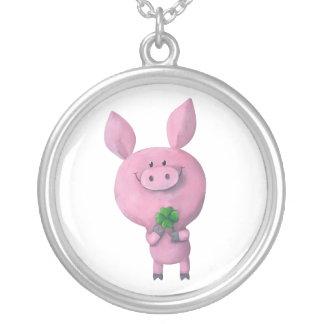 Cerdo afortunado con el trébol afortunado de colgante redondo