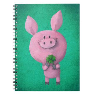 Cerdo afortunado con el trébol afortunado de cuatr spiral notebooks