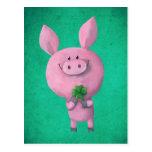 Cerdo afortunado con el trébol afortunado de cuatr postal