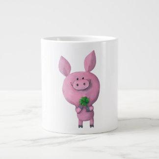 Cerdo afortunado con el trébol afortunado de cuatr taza grande