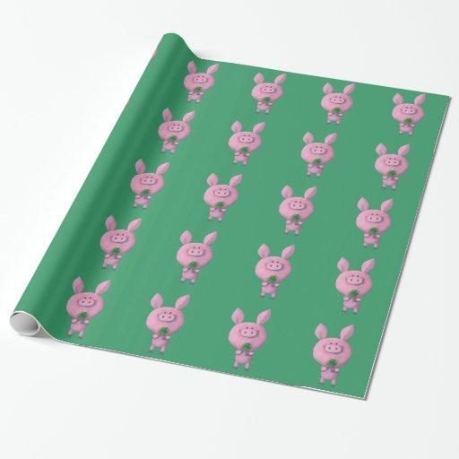Cerdo afortunado con el trébol afortunado de papel de regalo