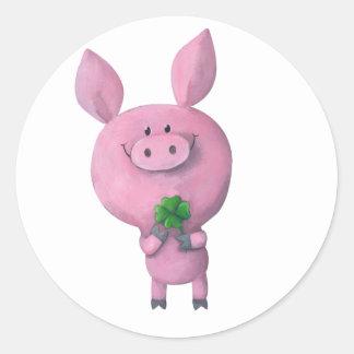 Cerdo afortunado con el trébol afortunado de pegatina redonda