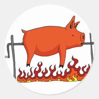Cerdo asado en un escupitajo pegatina redonda
