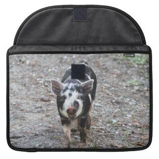 Cerdo blanco y negro del bebé funda para macbooks