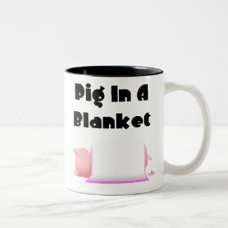 Cerdo combinado rosado del cerdo el dormir en una taza de dos tonos