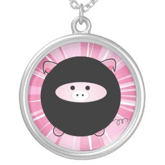 Cerdo de Ninja en el collar rosado