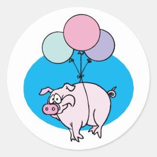 Cerdo del fiesta que vuela pegatina redonda