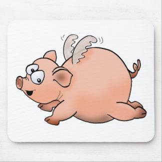 Cerdo del vuelo del dibujo animado con las alas.   alfombrilla de ratón