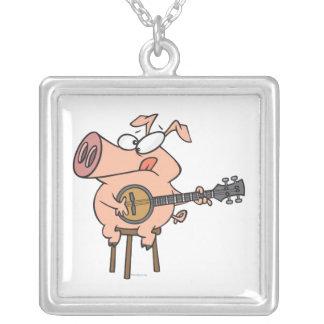 cerdo divertido que juega un personaje de dibujos  colgante cuadrado