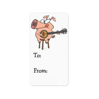 cerdo divertido que juega un personaje de dibujos  etiqueta de dirección