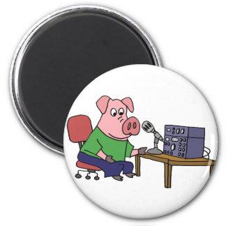 Cerdo divertido usando el equipo de imán redondo 5 cm