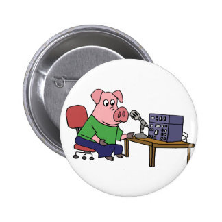 Cerdo divertido usando el equipo de pin redondo de 2 pulgadas