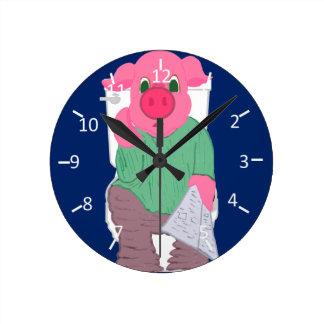 Cerdo en el retrete reloj de pared