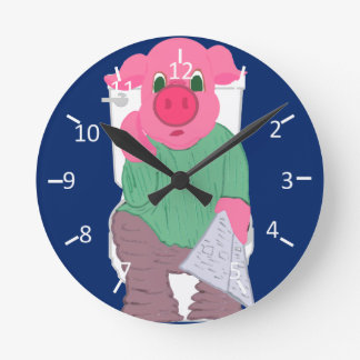 Cerdo en el retrete reloj redondo mediano