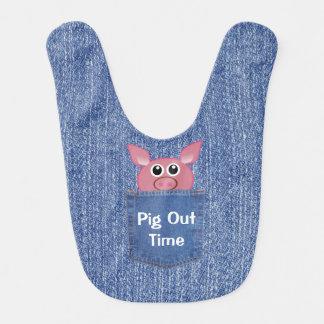 Cerdo en un babero del bebé del bolsillo del dril
