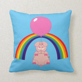 cerdo flotante del vuelo sobre el arco iris almohada