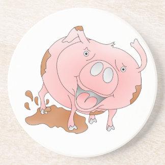 Cerdo juguetón en charco fangoso posavasos personalizados