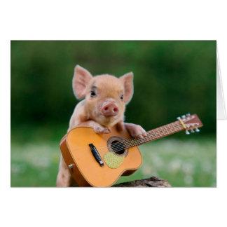 Cerdo lindo divertido que toca la guitarra tarjeta pequeña