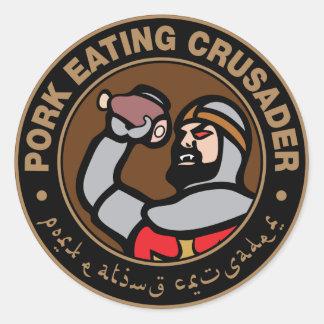Cerdo que come al cruzado pegatina redonda