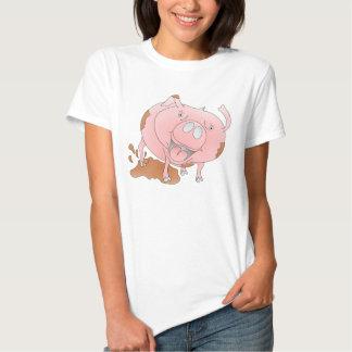 Cerdo rosado que salpica en fango playera