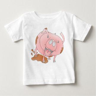 Cerdo rosado que salpica en fango playeras