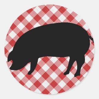 Cerdo Silo en tela a cuadros roja y blanca Pegatina Redonda