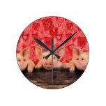 Cerdos lindos de la tarjeta del día de San Valentí Reloj Redondo Mediano