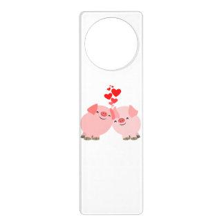 Cerdos lindos del dibujo animado en la suspensión  colgante para puerta