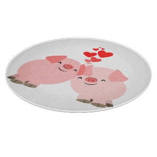 Cerdos lindos del dibujo animado en tabla de corta tablas de cortar