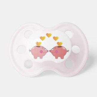 Cerdos lindos en pacificadores del rosa de la niña chupetes de bebé
