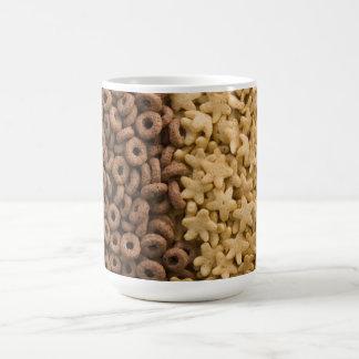 Cereales de la estrella con los anillos del chocol taza