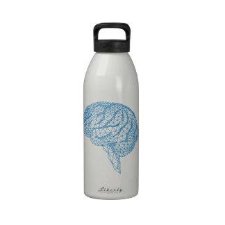 cerebro humano azul con el modelo geométrico de la botellas de agua reutilizables