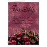 Cereza de la tarjeta de la amistad en la torta