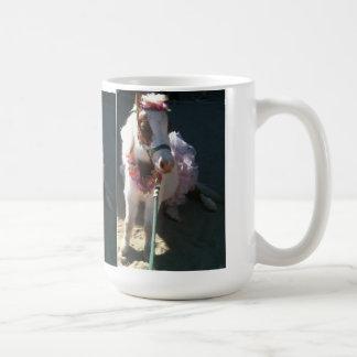 Cereza miniatura del caballo del truco de la baila taza