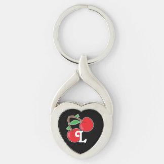 Cerezas con inicial en negro llavero plateado en forma de corazón