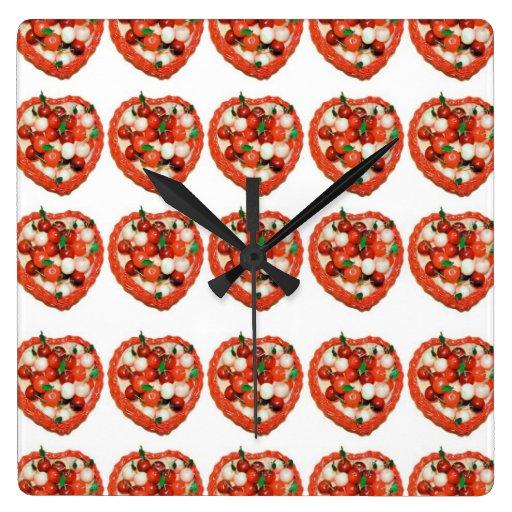 Cerezas del mazapán en cesta del corazón relojes
