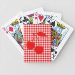 Cerezas rojas con guinga barajas de cartas