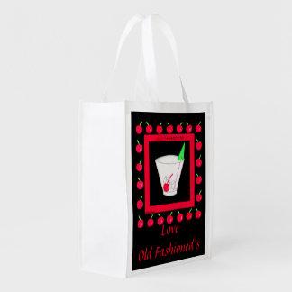 Cerezas rojas de la bebida retra pasada de moda en bolsa reutilizable