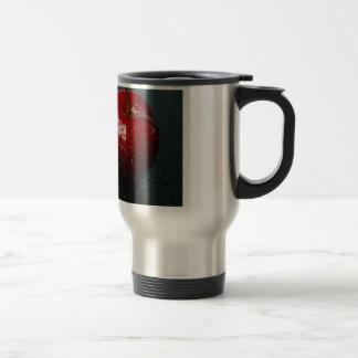 Cerezas rojas taza de café