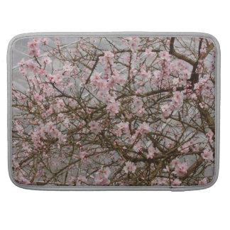 cerezo japonés en la floración fundas para macbook pro