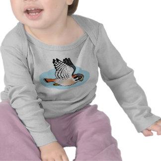 Cernícalo americano en vuelo camiseta