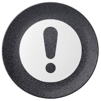 Cerque el icono de las exclamaciones plato de cerámica