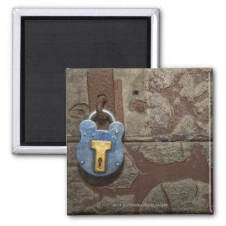 Cerradura antigua del metal en la pared de piedra imán de frigorífico