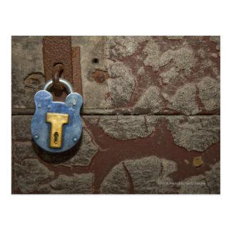 Cerradura antigua del metal en la pared de piedra postal