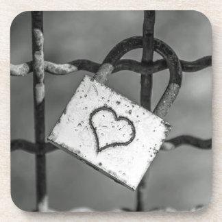 Cerradura del amor en prácticos de costa plásticos posavasos