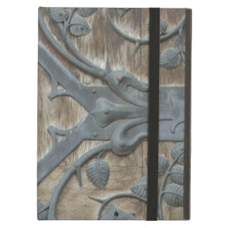 Cerradura medieval del hierro en puerta de madera