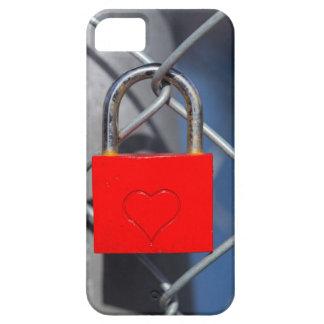 Cerradura roja del corazón en la cerca iPhone 5 carcasas