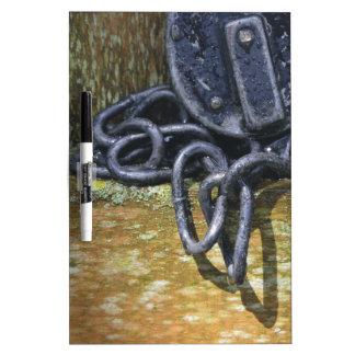 Cerradura y cadena antiguas del ferrocarril tablero blanco