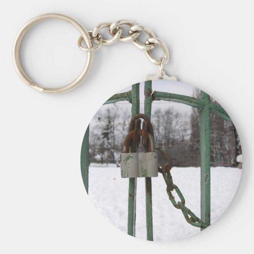 Cerradura y puerta oxidadas llavero redondo tipo pin